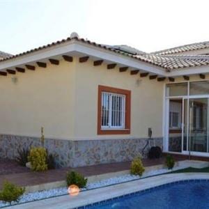 Espagne,1795Très belle villa individuelle de construction récente (2012) située à Aspe dans la province d'Alicante, avec une prodigieuse vue des vignobles et la chaîne de montagnes de Crevillent qui l'entourent, à 20 minutes de l'aéroport d'Alicante et des belles plages de Santa Pola ou de Arenales del Sol . Elle se trouve dans un endroit calme avec un accès facile aux villes de Denia et Javéa. Il y a beaucoup de restaurants dans la région. La Marina à Denia est un must, soit pour goûter au plaisir de la cuisine espagnole, soit tout simplement pour prendre un verre tout en admirant les magnifiques yachts. Conçue pour passer d'agréables moments en famille dans le calme et le repos. Elle se compose d'un grand séjour lumineux et aéré, un bureau, cuisine équipée, tout ce dont vous pourriez avoir besoin pour un séjour parfait, 2 grandes chambres, 2 salles de bain, une véranda, un grand jardin avec sa piscine privée de 7m/3m, un car port. Climatisation réversible et électroménagers full. La villa est spacieuse (115m²) dans un jardin paysager clos avec vue sur les montagnes. Elle est élégamment et confortablement meublée. La villa est sécurisée et entourée de son propre jardin. L'une des caractéristiques de cette villa est l'espace dédié à la détente, endroit idéal pour se resourcer en famille. Possibilité de location voiture sur place.